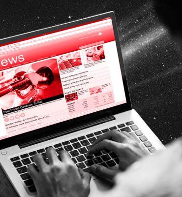 Mann mit Laptop am Schoß ließt News