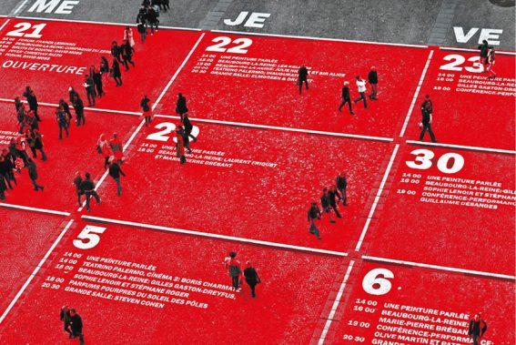 rot-eingefärbter Asphaltboden mit Menschen